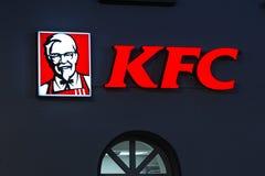 Siegen, Nordrhein-Westfalen/Deutschland - 13 11 18: KFC-Zeichen auf einem Gebäude im siegen Deutschland am Abend stockfotos