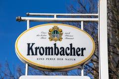 Siegen, Nordrhein-Westfalen/Deutschland - 14 11 18: krombacher unterzeichnen herein siegen Deutschland lizenzfreies stockbild
