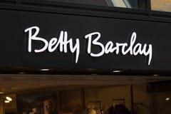 Siegen, Nordrhein-Westfalen/Deutschland - 06 11 18: Zeichen Bettys Barclay auf einem Gebäude im Cologne Deutschland lizenzfreies stockbild