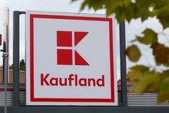 Siegen, Reno-Westphalia norte/Alemanha - 28 10 18: a construção do kaufland assina dentro o siegen Alemanha fotografia de stock royalty free