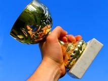 Sieger mit dem Cup in der Hand Stockbilder