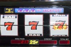 Sieger mit 777 Spielautomaten Stockbild