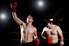 Sieger und Verlierer in einem Kastenkampf Stockbild
