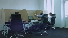 Siegergeschäftsmann glücklich, erfolgreich, im weißen Büroinnenraum, sitzend am Schreibtisch Glücklich, ein Abkommen und das Teil stock video