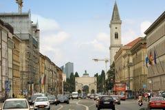 Siegestor胜利曲拱在黄昏的慕尼黑与交通去 库存图片