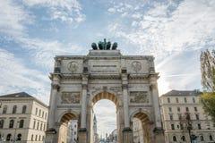 Siegestor à Munich, Allemagne avec le soleil derrière lui photo stock
