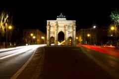 Siegestor - zwycięstwo brama w Monachium przy nocą, Niemcy obraz stock
