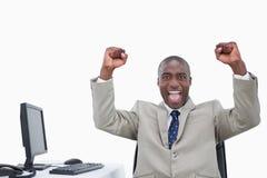 Siegreicher Verkäufer mit den Fäusten oben Stockfoto