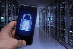 Siekać urządzenia przenośne hackerami Ochrona danych w chmurze obrazy royalty free