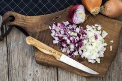 Siekać cebule na ciapanie desce Zdjęcie Royalty Free