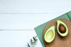 Sieka? po??wki avocado na bia?ej drewnianej desce, poj?cia t?o, odg?rny widok, kopii przestrze? zdjęcia stock