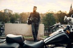 Siekacz, rowerzysta z hełmem w rękach na tle fotografia royalty free