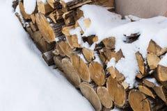 Siekający zapas łupka pod śniegiem na ulicie Łupka dla graby i bbq zdjęcia royalty free