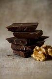 Siekająca czekolada z dokrętkami Zdjęcie Royalty Free