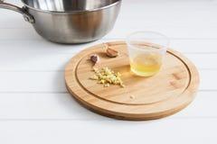 Siekający czosnku jarzynowy olej saute nieckę Fotografia Stock