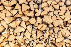 Siekający drewno brzoza Drewniany przygotowanie dla ogrzewać Ekologiczny ogrzewanie dom Obraz Royalty Free