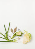 Siekający kapusta, zielona cebula i pikantność na bielu, Zdjęcie Stock