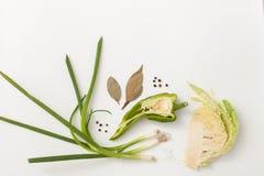 Siekający kapusta, zielona cebula i pikantność na bielu, Obrazy Royalty Free