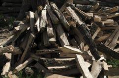 siekający pożarniczego stosu przygotowany zima drewno zdjęcie stock