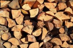 siekający pożarniczego stosu przygotowany zima drewno zdjęcia royalty free