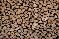 siekający pożarniczego stosu przygotowany zima drewno obrazy stock