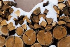 Siekający zapas łupka pod śniegiem na ulicie Łupka dla graby i bbq obraz stock