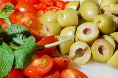 Siekający pomidory, pieprze i oliwki, Zdjęcia Royalty Free