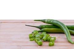 Siekający zieleni chillies na ciapanie desce Obrazy Royalty Free