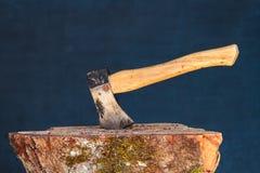 Siekierka w drewnianym bloku Fotografia Royalty Free