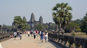 SIEM ΣΥΓΚΕΝΤΡΏΝΕΙ, ΚΑΜΠΌΤΖΗ - 31 ΙΑΝΟΥΑΡΊΟΥ 2015: οι τουρίστες στο ναό Angkor Wat, Siem συγκεντρώνουν, Καμπότζη Στοκ Φωτογραφία