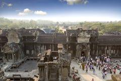 SIEM ΣΥΓΚΕΝΤΡΏΝΕΙ, ΚΑΜΠΌΤΖΗ - 31 ΙΑΝΟΥΑΡΊΟΥ 2015: οι τουρίστες στο ναό Angkor Wat, Siem συγκεντρώνουν, Καμπότζη Στοκ Εικόνες