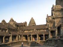 SIEM ΣΥΓΚΕΝΤΡΏΝΕΙ, ΚΑΜΠΌΤΖΗ - 31 ΙΑΝΟΥΑΡΊΟΥ 2015: οι τουρίστες στο ναό Angkor Wat, Siem συγκεντρώνουν, Καμπότζη Στοκ Εικόνα