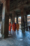 SIEM ΣΥΓΚΕΝΤΡΏΝΕΙ, ΚΑΜΠΌΤΖΗ - 16 Φεβρουαρίου 2017: Οι βουδιστικοί μοναχοί που περπατούν στο διάδρομο μέσα στο ναό Angkor Wat σε S Στοκ φωτογραφία με δικαίωμα ελεύθερης χρήσης