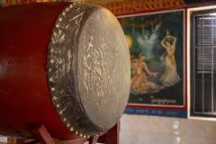 SIem oogst, Kambodja - 15 April 2018: Binnenland van de Lolei het boeddhistische tempel met muurmuurschilderingen en trommel stock afbeeldingen