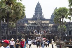 Siem oogst, Kambodja - 25 Maart 2018: De tempelmening van Angkorwat met toeristen stock afbeelding