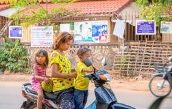 Siem oogst, Kambodja - 28 Maart 2018: Moeder met kleine kinderen op motor royalty-vrije stock afbeelding