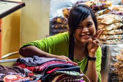 SIEM OOGST, KAMBODJA 22 MAART, 2013: Niet geïdentificeerd glimlachend Cambodjaans Meisje Royalty-vrije Stock Afbeeldingen