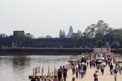 Siem Przeprowadza żniwa, Kambodża - 23 Marzec 2018: Angkor Wat świątynna sylwetka i turystyczny tłum na moscie Zdjęcie Royalty Free