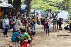 Siem Przeprowadza żniwa, Kambodża - 25 Marzec 2018: Jawny rynek i turyści blisko Angkor Wat świątyni Branża turystyczna pracownik Obrazy Stock