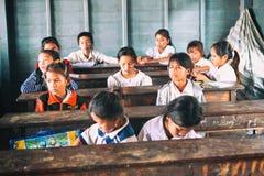 Siem Przeprowadza żniwa, Kambodża - 21 Styczeń, 2015: Kambodżańscy ucznie przy szkolną klasą w spławowej wiosce Obrazy Royalty Free