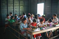 Siem Przeprowadza żniwa, Kambodża - 21 Styczeń, 2015: Kambodżańscy ucznie przy szkolną klasą w spławowej wiosce Obraz Royalty Free