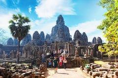 Siem Przeprowadza żniwa, Kambodża - 22 Styczeń, 2015: Turyści chodzą wokoło antycznej Bayon świątyni, Angkor Thom popularny turys Obraz Stock