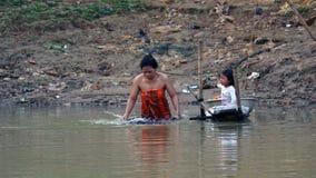 Siem Przeprowadza żniwa, Tonle aproszy rzeka Kambodża, Marzec, - 2018: Biedy Fishermans życie na tonle aproszy rzece Zdjęcia Stock