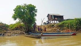 Siem Przeprowadza żniwa, Tonle aproszy rzeka Kambodża, Marzec, - 2018: Biedy Fishermans życie na tonle aproszy rzece Zdjęcie Stock