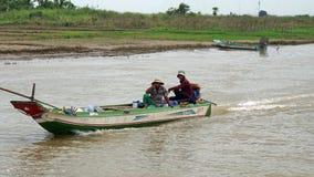 Siem Przeprowadza żniwa, Tonle aproszy rzeka Kambodża, Marzec, - 2018: Biedy Fishermans życie na tonle aproszy rzece Fotografia Royalty Free