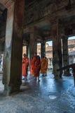 SIEM PRZEPROWADZAJĄ ŻNIWA, KAMBODŻA, Luty - 16, 2017: Mnisi buddyjscy chodzi w korytarzu wśrodku Angkor Wat świątyni w Siem Przep Fotografia Royalty Free