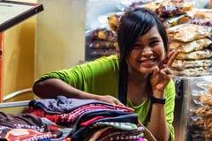 SIEM PRZEPROWADZAJĄ ŻNIWA, KAMBODŻA MARZEC 22, 2013: Niezidentyfikowana uśmiechnięta Kambodżańska dziewczyna Obrazy Royalty Free