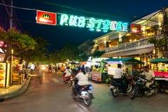 SIEM PRZEPROWADZAJĄ ŻNIWA, KAMBODŻA - 29TH MARZEC 2017: Bary, restauracje i światła wzdłuż Karczemnej ulicy w Siem, Przeprowadzaj Obrazy Stock