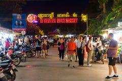 SIEM PRZEPROWADZAJĄ ŻNIWA, KAMBODŻA - 29TH MARZEC 2017: Bary, restauracje i światła wzdłuż Karczemnej ulicy w Siem, Przeprowadzaj Obraz Royalty Free