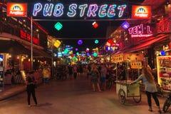 SIEM PRZEPROWADZAJĄ ŻNIWA, KAMBODŻA - 29TH MARZEC 2017: Bary, restauracje i światła wzdłuż Karczemnej ulicy w Siem, Przeprowadzaj Zdjęcie Stock